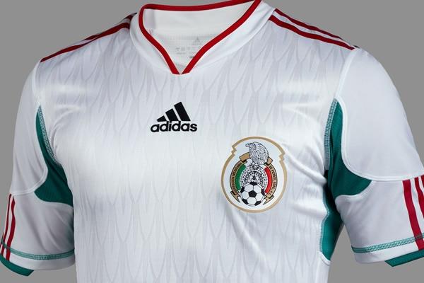 Adidas y la Federación Mexicana de Futbol presentaron hoy el nuevo uniforme  blanco que el Tri usará en los próximos partidos conmemorativos del  Bicentenario ... f8bac9f41df15