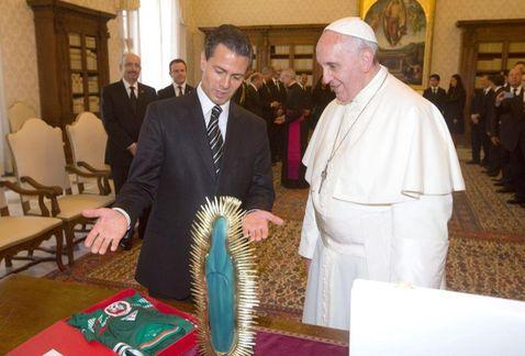 Pena_Nieto_con_el_papa-Pena_regala_camiseta_del_Tri_al_Papa-Pena_en_El_Vaticano-gira_de_Pena_por_Europa_MILIMA20140607_0045_11